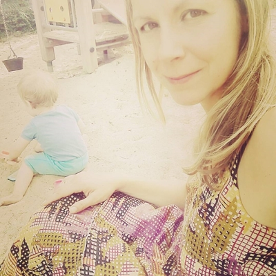 Ich bin die Mutter mit dem Handy auf dem Spielplatz