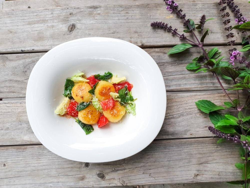 Knödelchen mit Salbei und Tomate