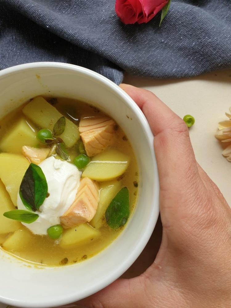 Suppe mit Kartoffeln, Lachs und Erbsen
