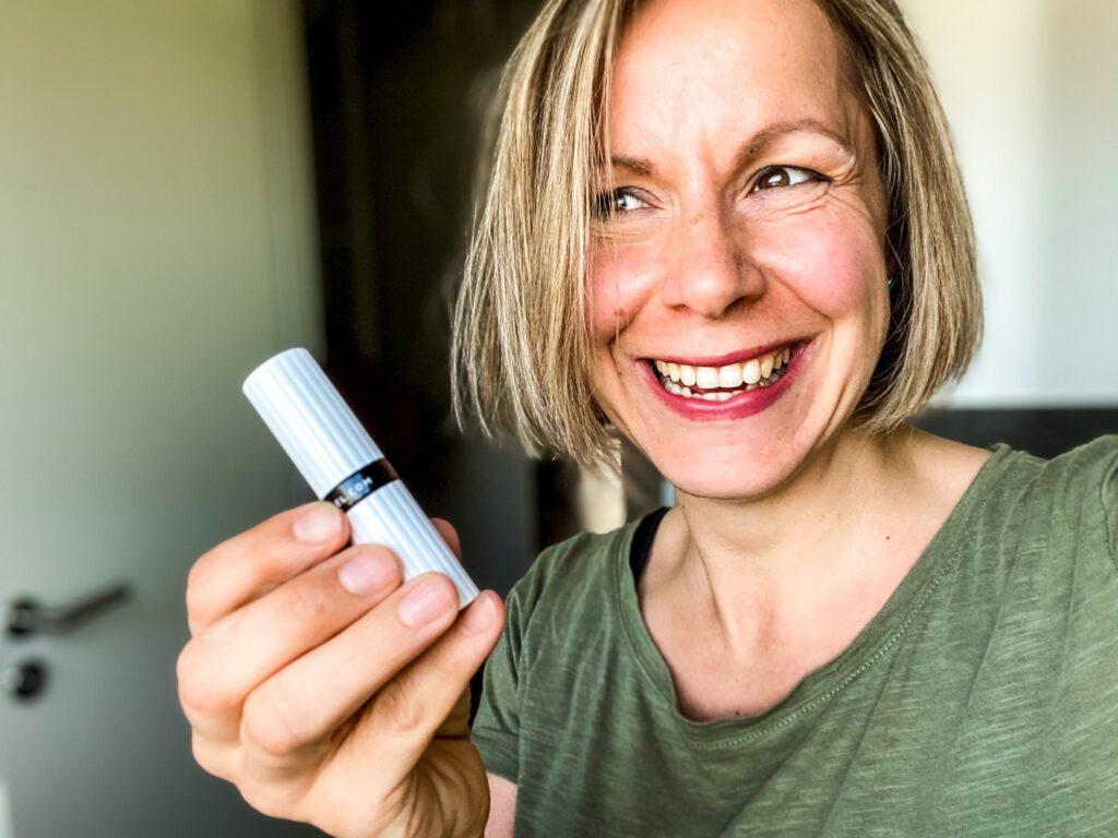 Naturkosmetik: Lippenstift TAGAROT WOOD in der Hand und auf den Lippen